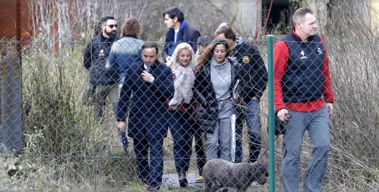A la izqda., el abogado Ricardo Pérez Lama; a la dcha., un agente con uno de los perros que participaron en la inspección; detrás, con bufanda azul, el juez Alonso - FOTO: Fernando Blanco