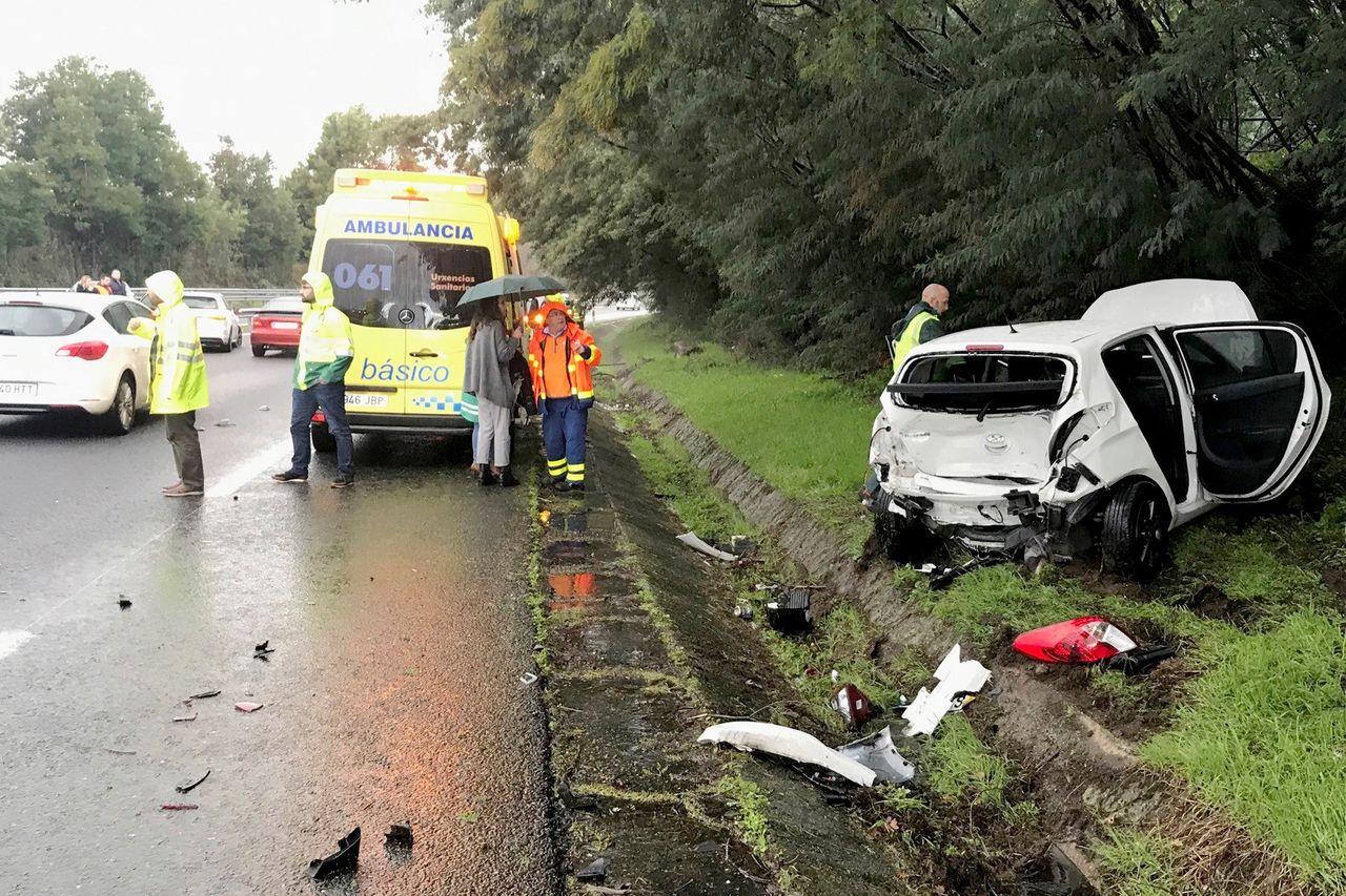 Uno de los coches implicados en una colisión entre varios vehiculos en la A55 en dirección Portugal, a su paso por Tui - FOTO: EFE/Sxenick