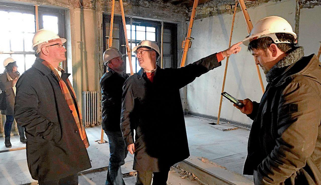 Freire, a la izquierda, atiende la explicación que le está dando uno de los técnicos que supervisó las obras - FOTO: C.N.