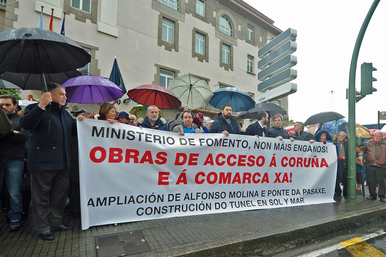 Imagen de la concentración en demanda de la mejora de los accesos a la ciudad de A Coruña - FOTO: Almara