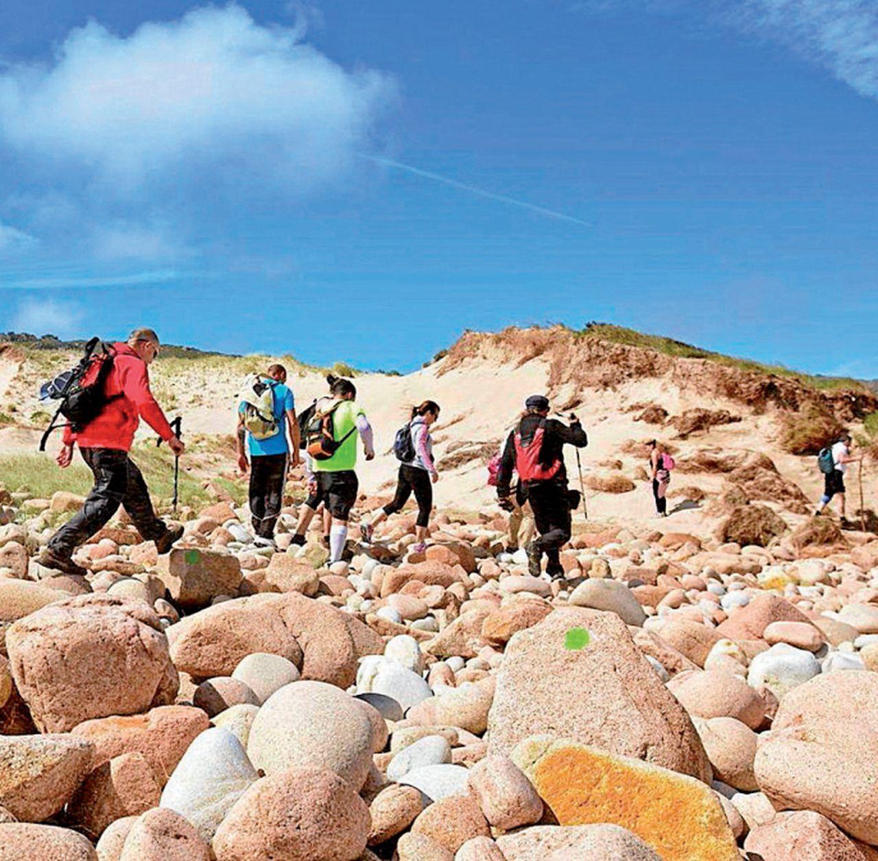 Senderistas recorriendo O Camiño dos Faros de Costa da Morte - FOTO: O Camiño dos Faro