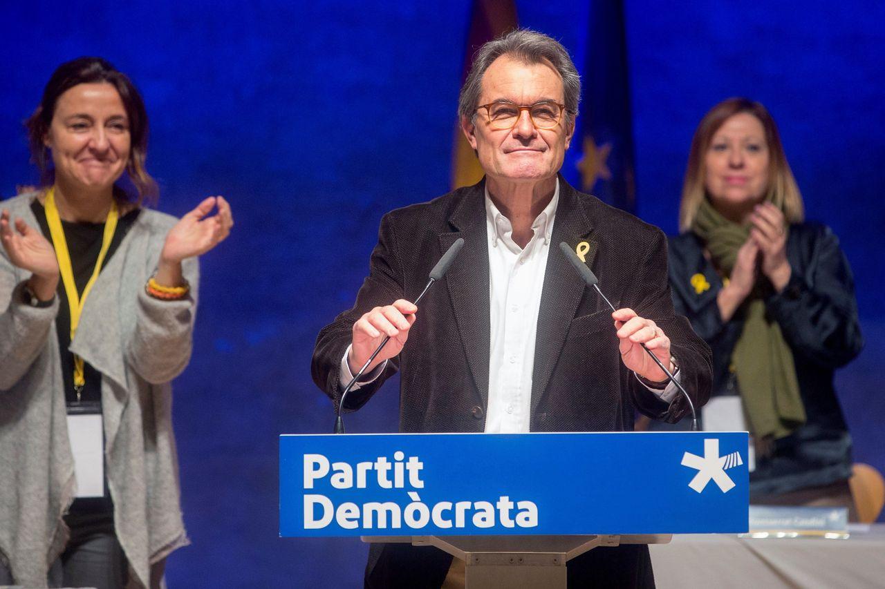 El expresidente del PDeCAT, Artur Mas, se despide del consell nacional de la formación - FOTO: EFE/Quique García