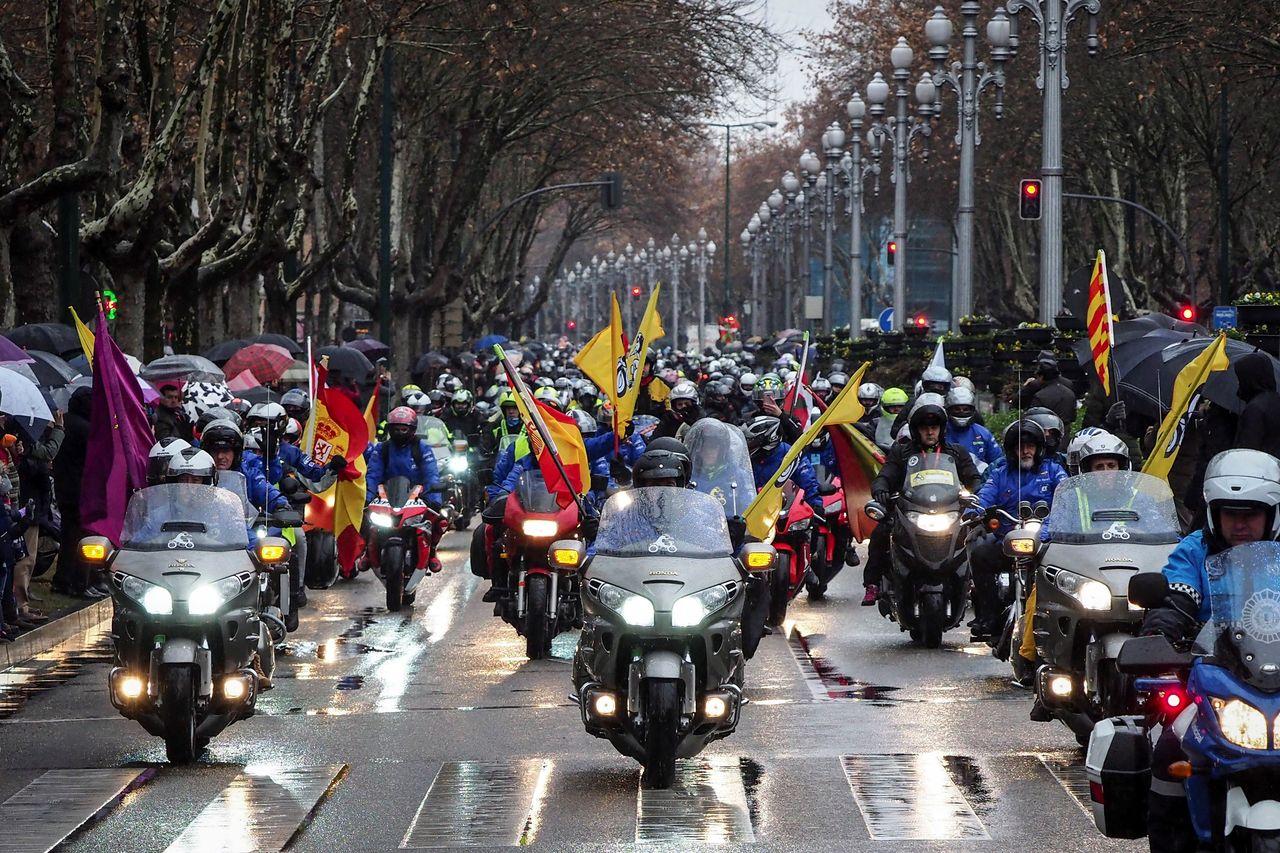 Los participantes en la XXXV concentración motera Pingüinos, que se celebra en Valladolid, durante su ya tradicional desfile de banderas por las calles de la ciudad - FOTO: EFE/R.GARCIA