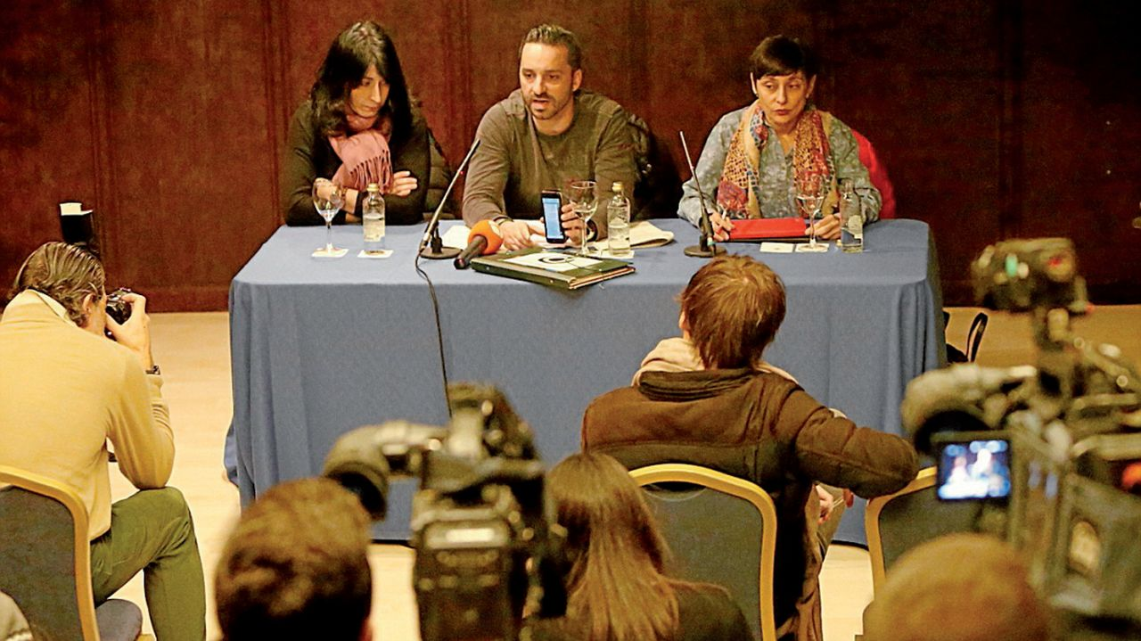 En la mesa, izqu., la madre de Julia, Inés Manteiga; el padre, Andrés Domínguez y la diputada De Frutos - FOTO: Antonio Hernández