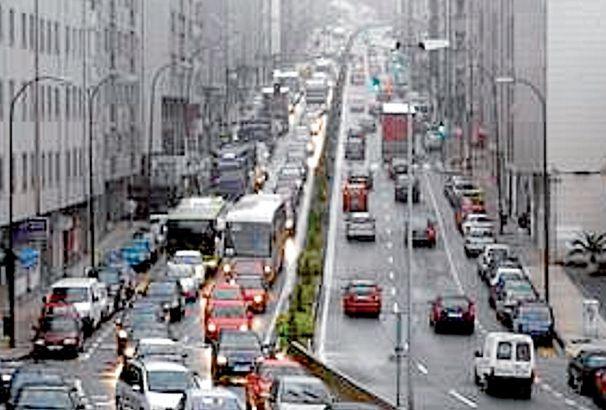 Intenso tráfco en la N-550 a su paso por la avenida Rosalía de Castro de O Milladoiro - FOTO: C.A.