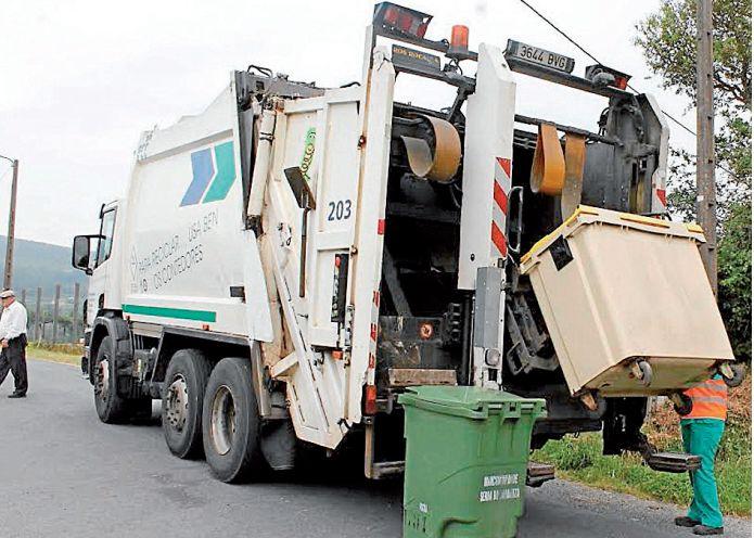 Uno de los camiones de Serra do Barbanza recogiendo la basura en una ruta - FOTO: C.G.