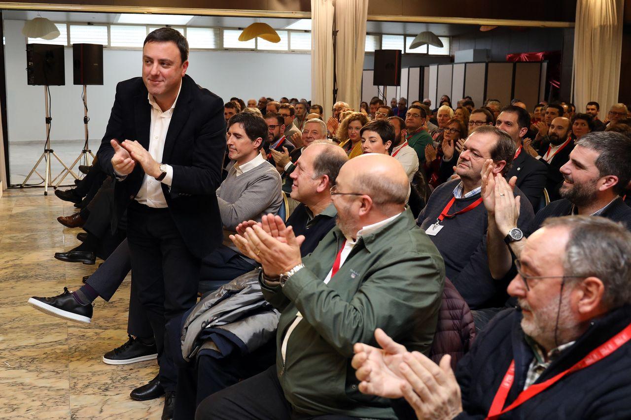 Valentín González Formoso recibe el aplauso de sus compañeros de flas ayer en Teo - FOTO: Antonio Hernández