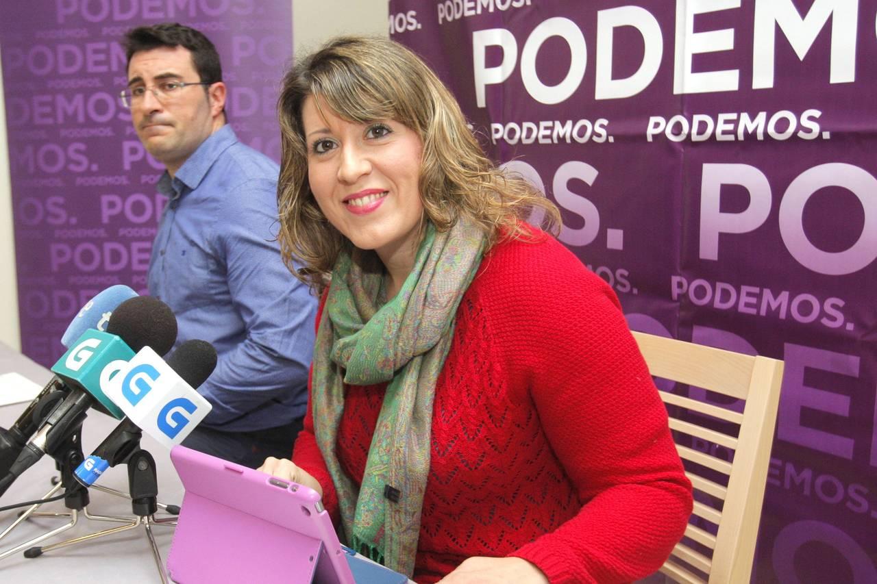 SANTIAGO DE COMPOSTELA, 06/03/2017.- La secretaria general de Podemos Galicia, Carmen Santos, y el responsable de Organización, Juan Merlo, durante la presentación de la campaña
