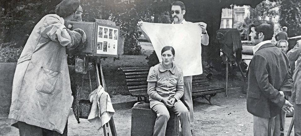 El fotógrafo Valentín Varela Iglesias en el Paseo Central del parque de la Alameda tomando una foto con su cámara antigua