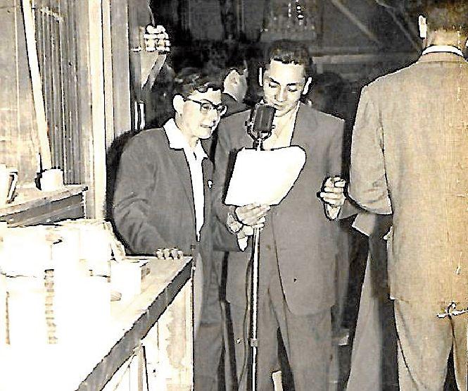 El periodista del Grupo Correo Gallego Luis Rial, izquierda, acompañado por Víctor Vez