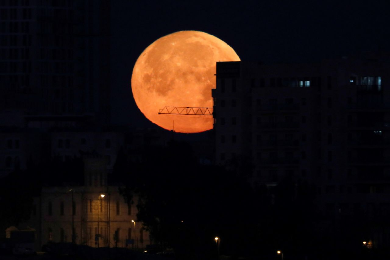 La llamada 'superluna' se alza este miércoles 31 de enero sobre el casco viejo de Jerusalén     - FOTO: Efe