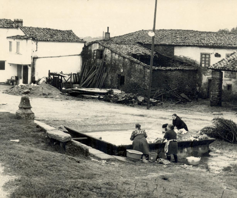 Varias mujeres lavando su ropa en el lavadero de la zona de O Avío, en Compostela. - FOTO: ECG