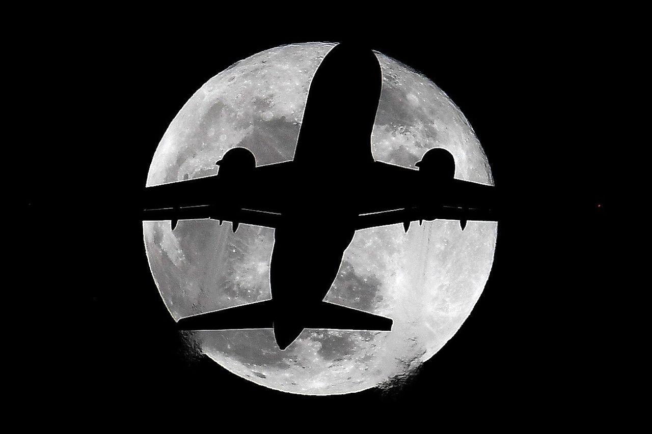 Fotografía de la silueta de un avión a través de la denominada