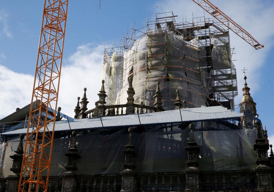 Grúas y andamios para la rehabilitación de las cubiertas catedralicias.  - FOTO: Fernando Blanco