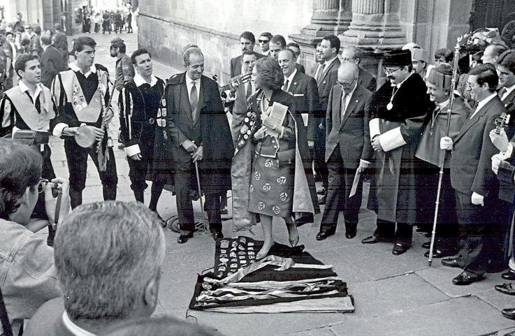El Rey Juan Carlos I y la reina Sofía en 1991 recibiendo el homenaje de la tuna de Medicina. - FOTO: ECG