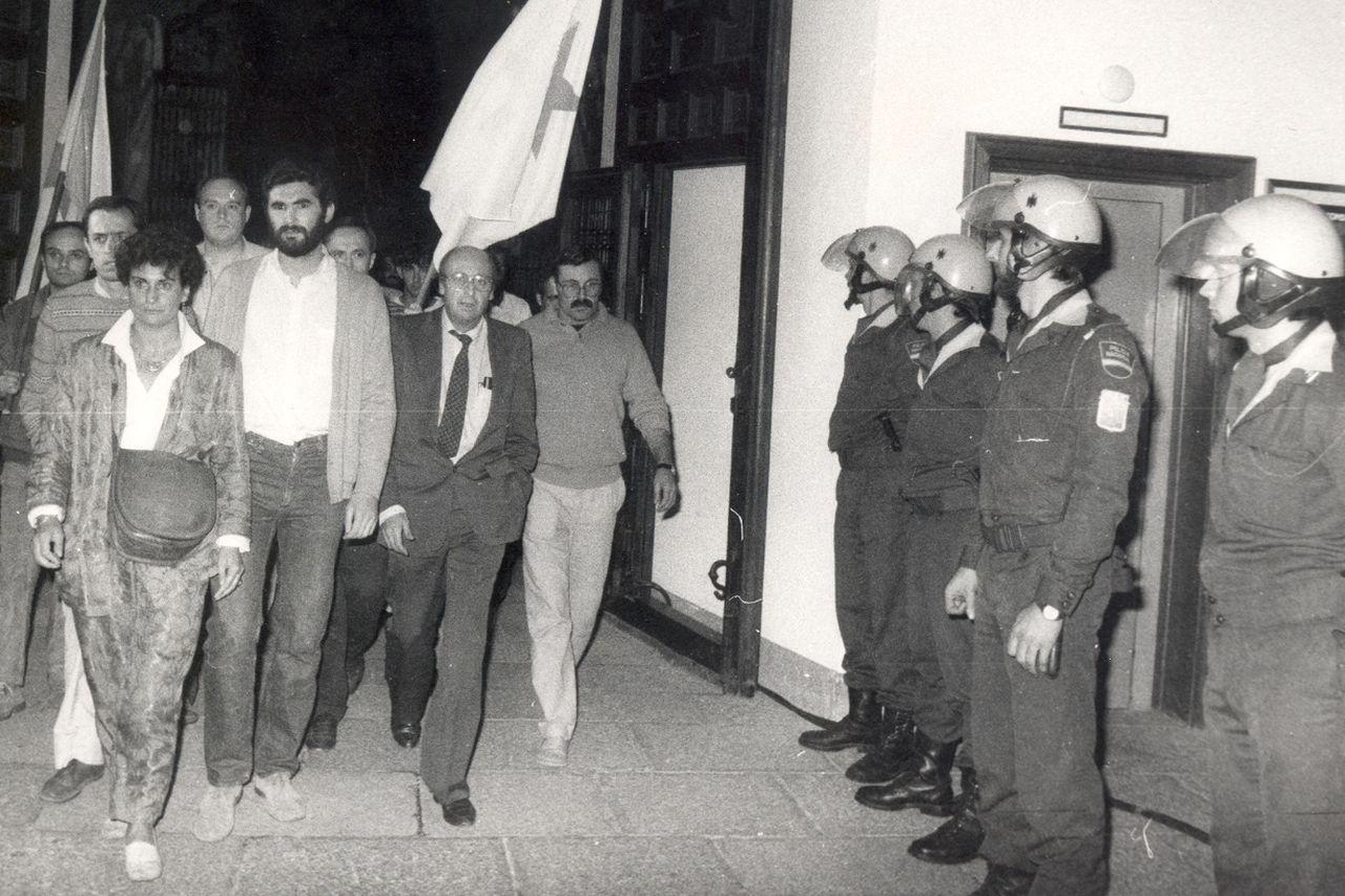 Encarna Otero, izquierda, Anxo Quintana y Bautista Álvarez, durante la protesta en el Hostal. - FOTO: ECG