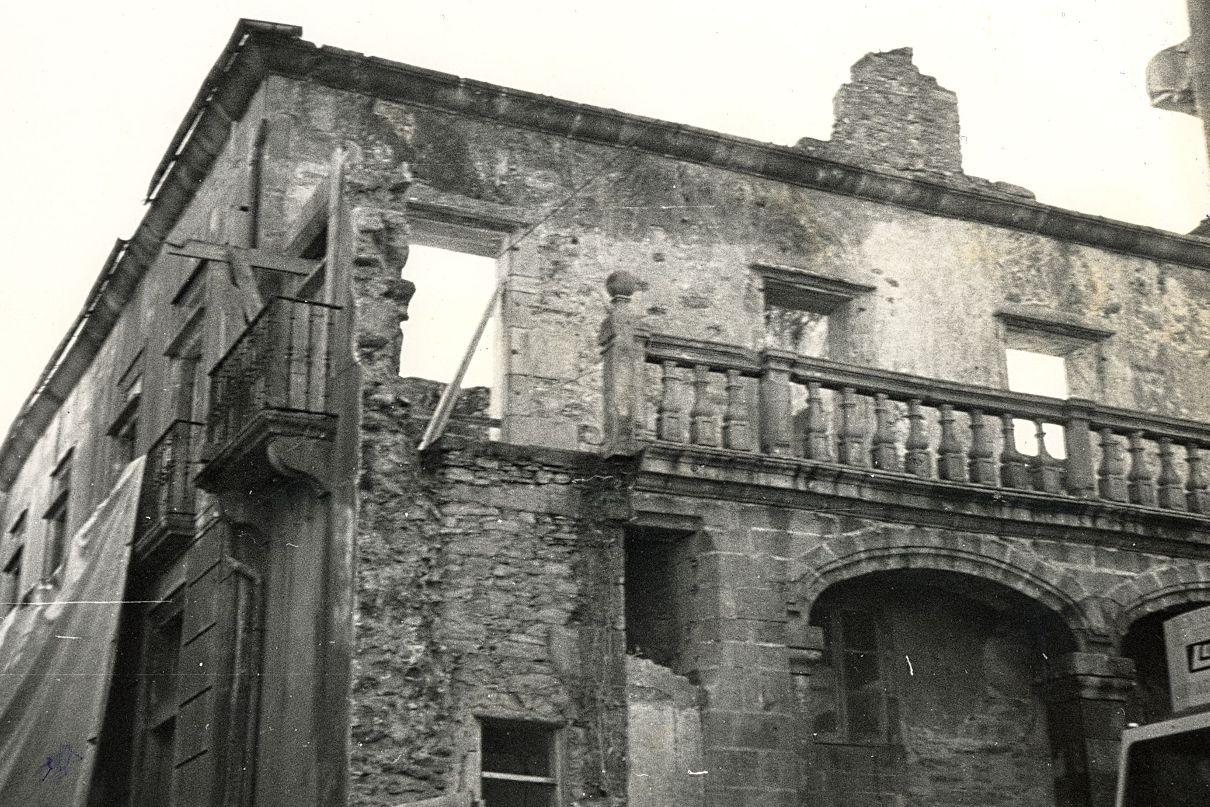 El edificio, todavía en ruinas, cuando se iniciaron los trabajos de recuperación en la década de 1980.  - FOTO: X. Porto