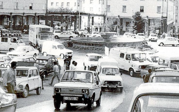 Una imagen habitual en el Ensanche durante la década de los ochenta, con vehículos por todas partes.  - FOTO: ECG
