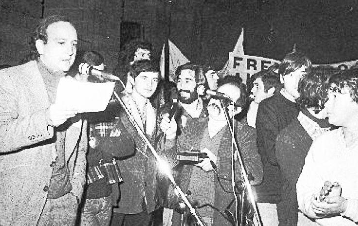 Francisco Candela, izquierda, leyendo el manifiesto en el Obradoiro tras la manifestación de 1979.  - FOTO: ECG
