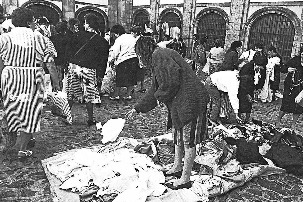 Compradores en los puestos instalados en la plaza do Irmán Gómez antes del traslado a Salgueiriños - FOTO: ECG