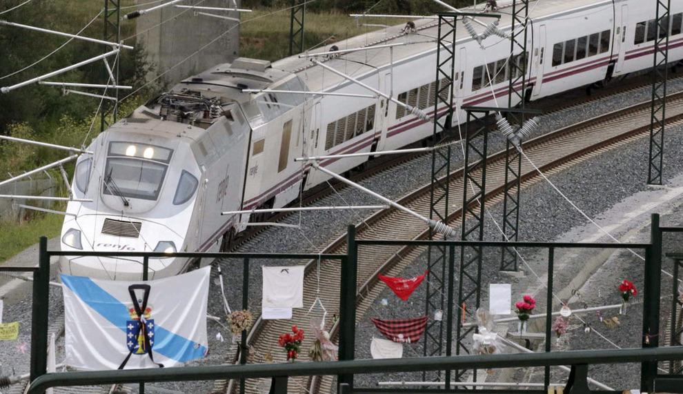 Un tren Alvia a su paso por Angrois, donde el 24 de julio de 2013 se produjo el desacarrilamiento  - FOTO: Efe