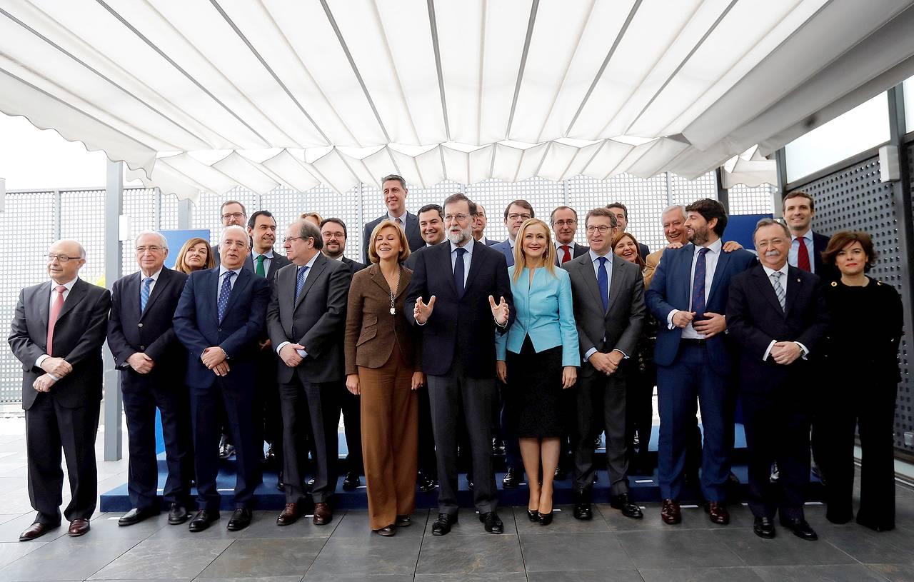 MADRID, 12/02/2018.- El jefe del Gobierno y líder del PP, Mariano Rajoy (c), posa para la foto de familia antes de la reunión que ha mantenido este lunes con presidentes regionales en la sede de la calle Génova. A su lado, Cospedal, Cifuentes y Feijóo - FOTO: EFE/Juan Carlos Hidalgo