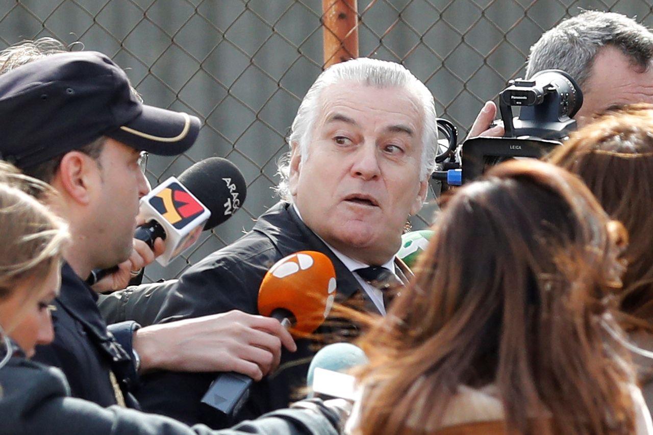 El extesorero del PP Luis Bárcenas, a la salida de la Audiencia Nacional, tras su declaración como testigo en el juicio a la rama valenciana de Gürtel - FOTO: EFE
