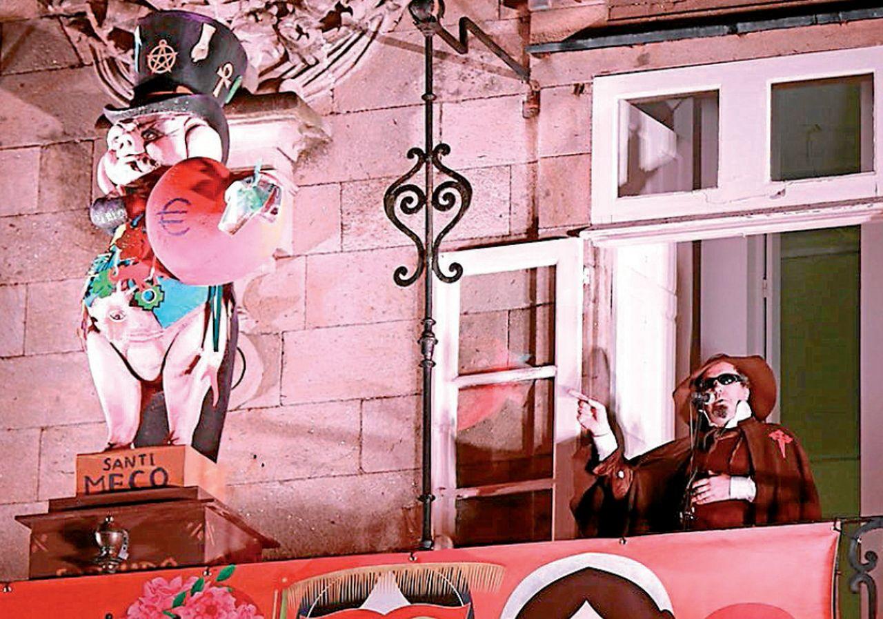 Carlos Santiago durante el pregón de Carnaval en la plaza de O Toural - FOTO: Raxoi