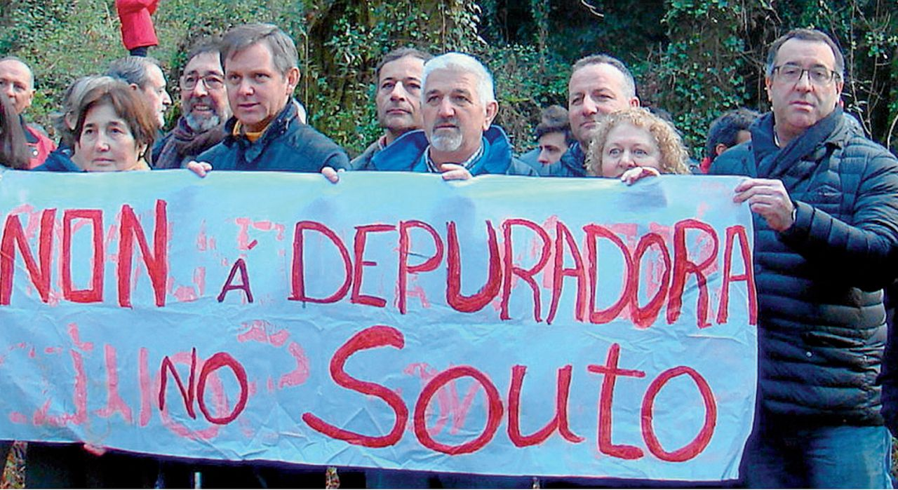 El edil no adscrito y afliado a Vía Centrum, Javier López, a la derecha en O Souto, reclama una climatizada - FOTO: M.M.