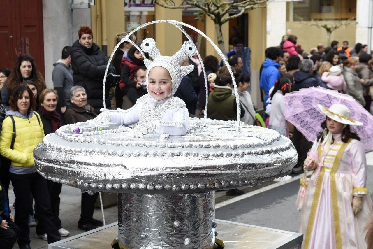 Una joven extraterrestre llamó la atención en el desfle de A Estrada - FOTO: Sangiao