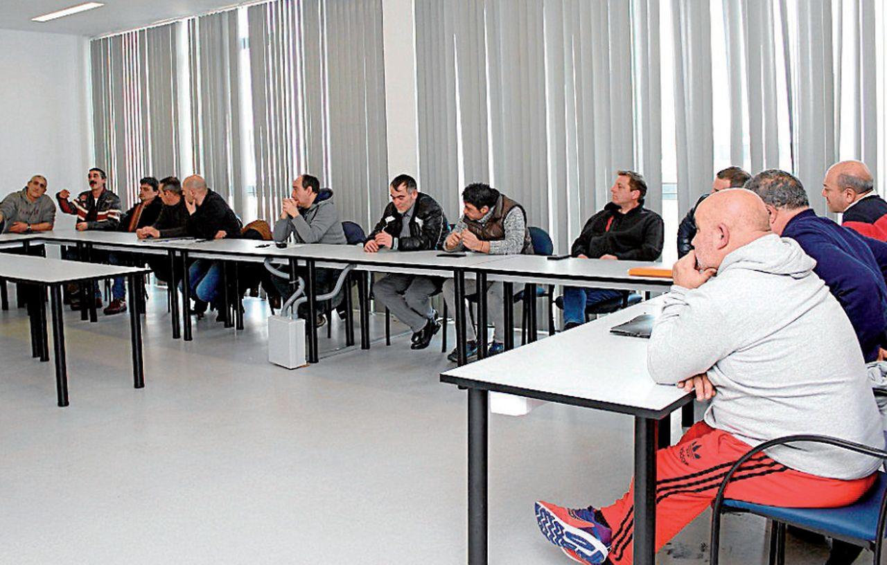 Reunión celebrada ayer en Carballo para seleccionar a fontaneros profesionales - FOTO: C.C.