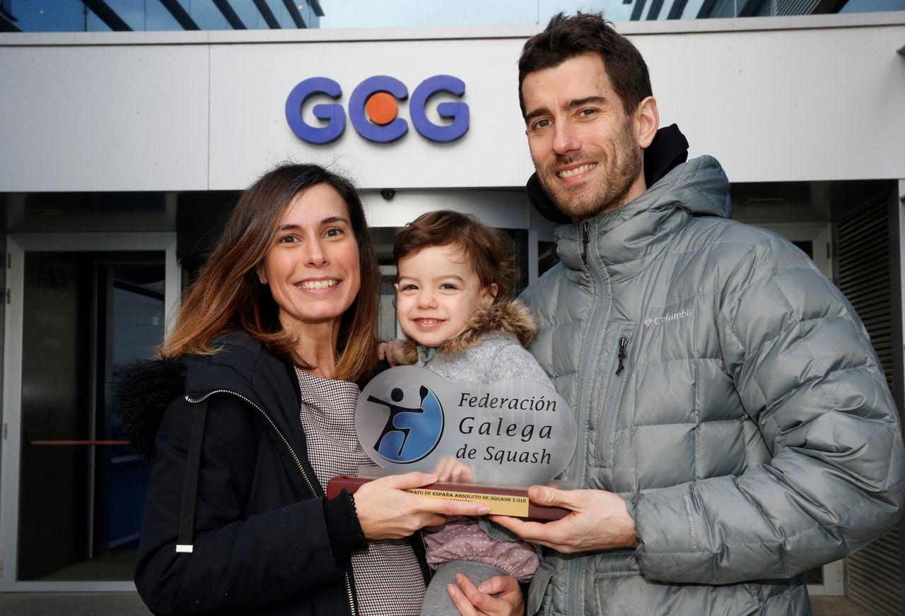 Borja Golán, su mujer y su hija (y el trofeo) en las instalaciones del GCG - FOTO: Fernando Blanco