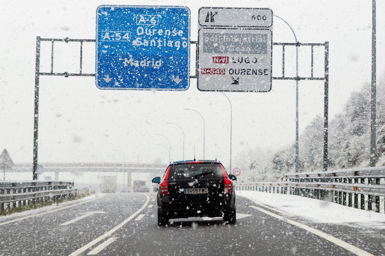 La nieve caída en Galicia las últimas horas, como se aprecia en la esta imagen tomada ayer, dificulta la circulación en tramos de la A-6 y la A-52 - FOTO: EFE/Eliseo Trigo