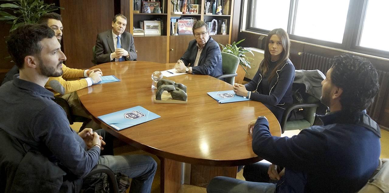 Abel Caballero, con Carlos López Font, a la derecha, en la reunión en la alcaldía con directivos de la Asociación