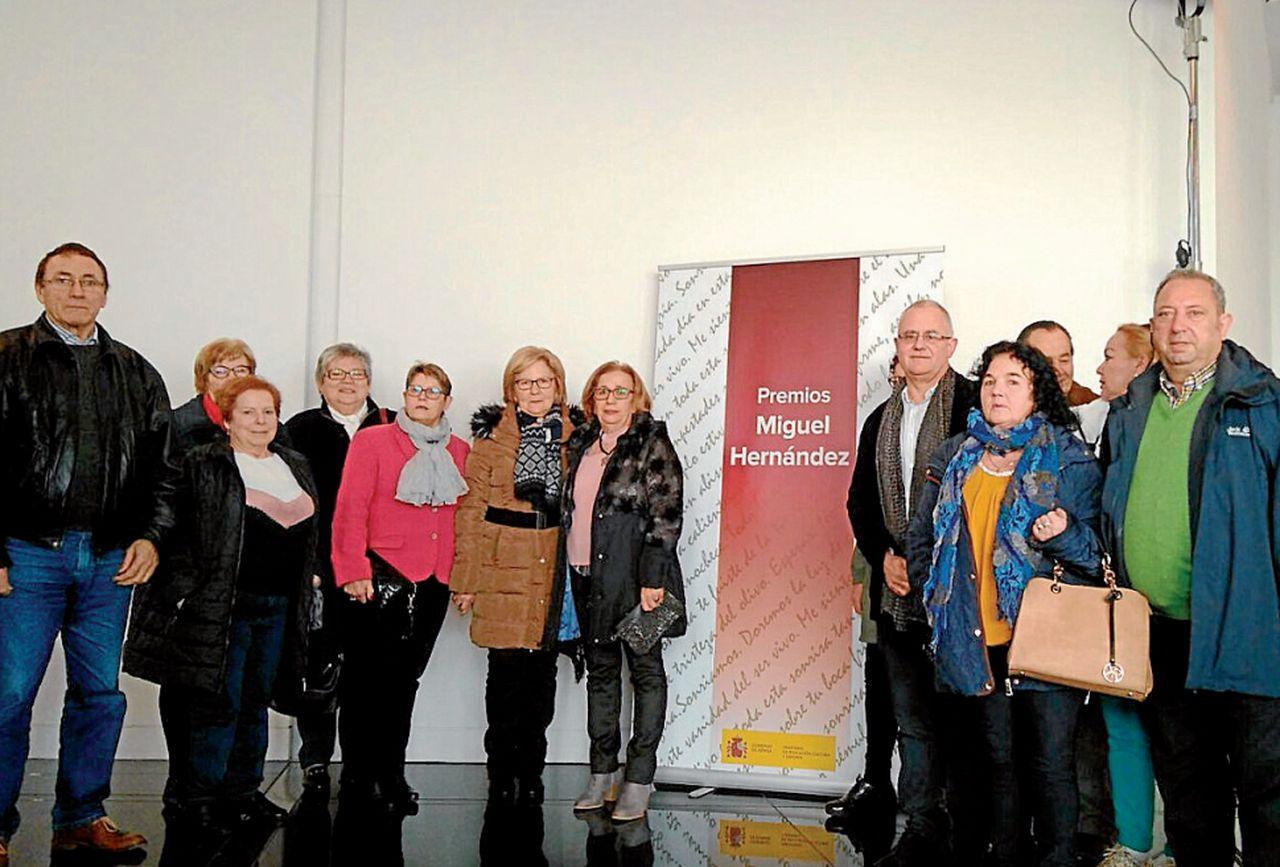 Alumnos y profesores del centro de adultos noiés en la entrega del premio Miguel Hernández - FOTO: C.G.