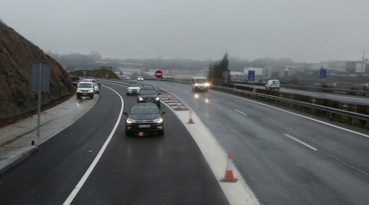 Varios vehículos circulando para incorporarse a la AP-9, en Santiago de Compostela.   - FOTO: Antonio Hernández
