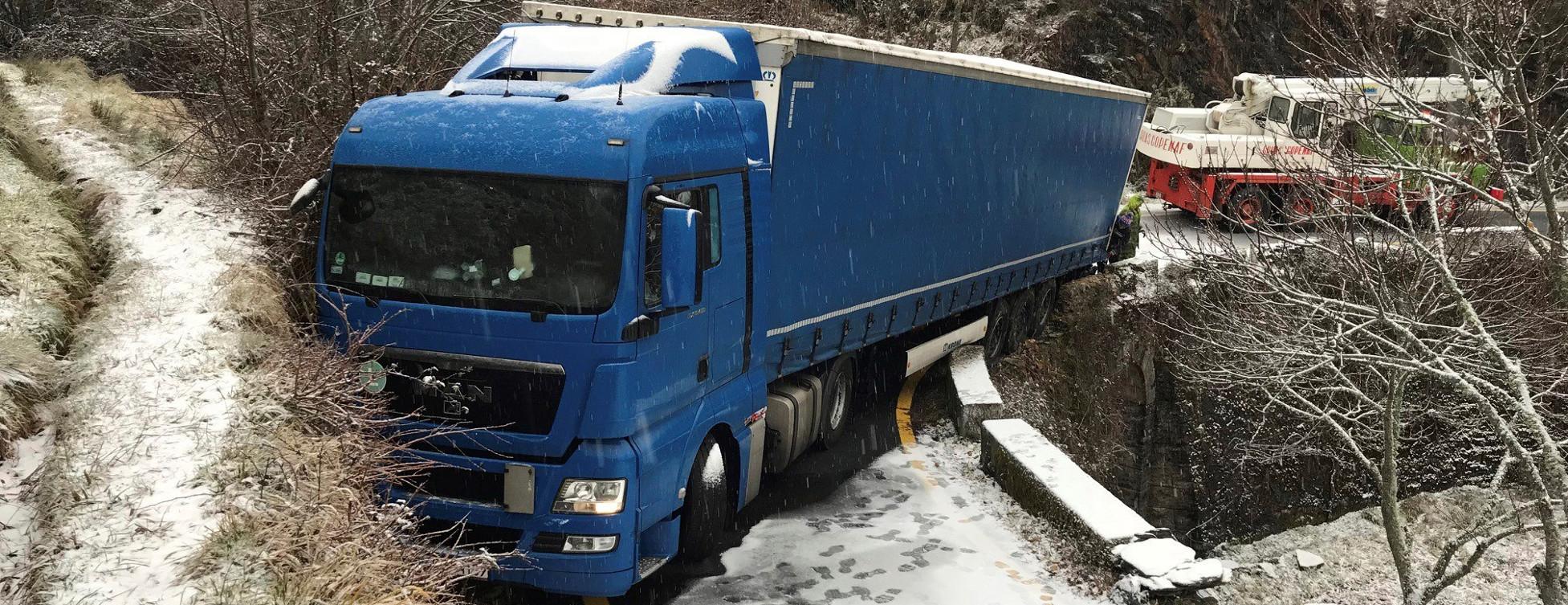 El camión polaco atrapado en una vía secundaria estrecha de Laza (Ourense)  - FOTO: EFE