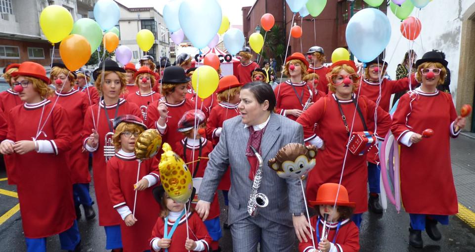 La murga 'España es un circo' desfiló en Ribeira con una carpa móvil.  - FOTO: SUSO SOUTO