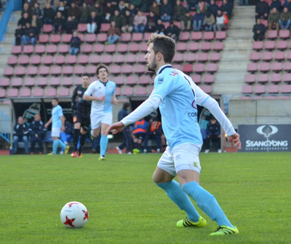 Sergio Pereira, con el balón en el partido de la pasada jornada.  - FOTO: Amadeo Rey