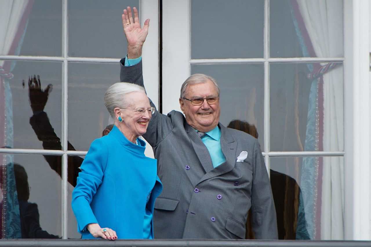Fotografía de archivo tomada el 16 de abril de 2016 que muestra al príncipe Enrique de Dinamarca y a su mujer, la reina Margarita II, en el palacio Amalienborg en Copenhague (Dinamarca) - FOTO: EFE