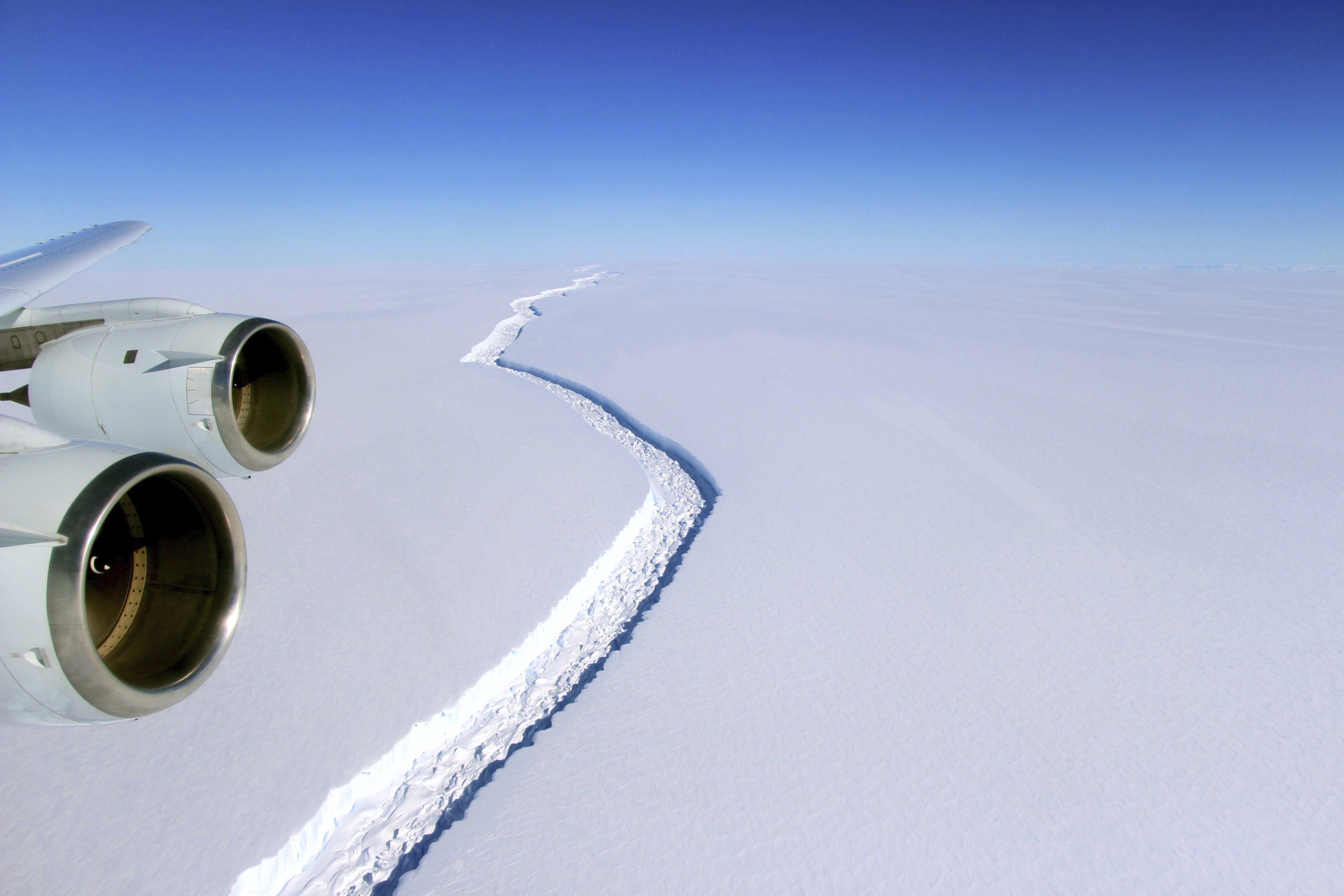 Fotografía de archivo fechada el 10 de noviembre que muestra una vista aérea de una grieta en el segmento Larsen C en la Antártida - FOTO: EFE