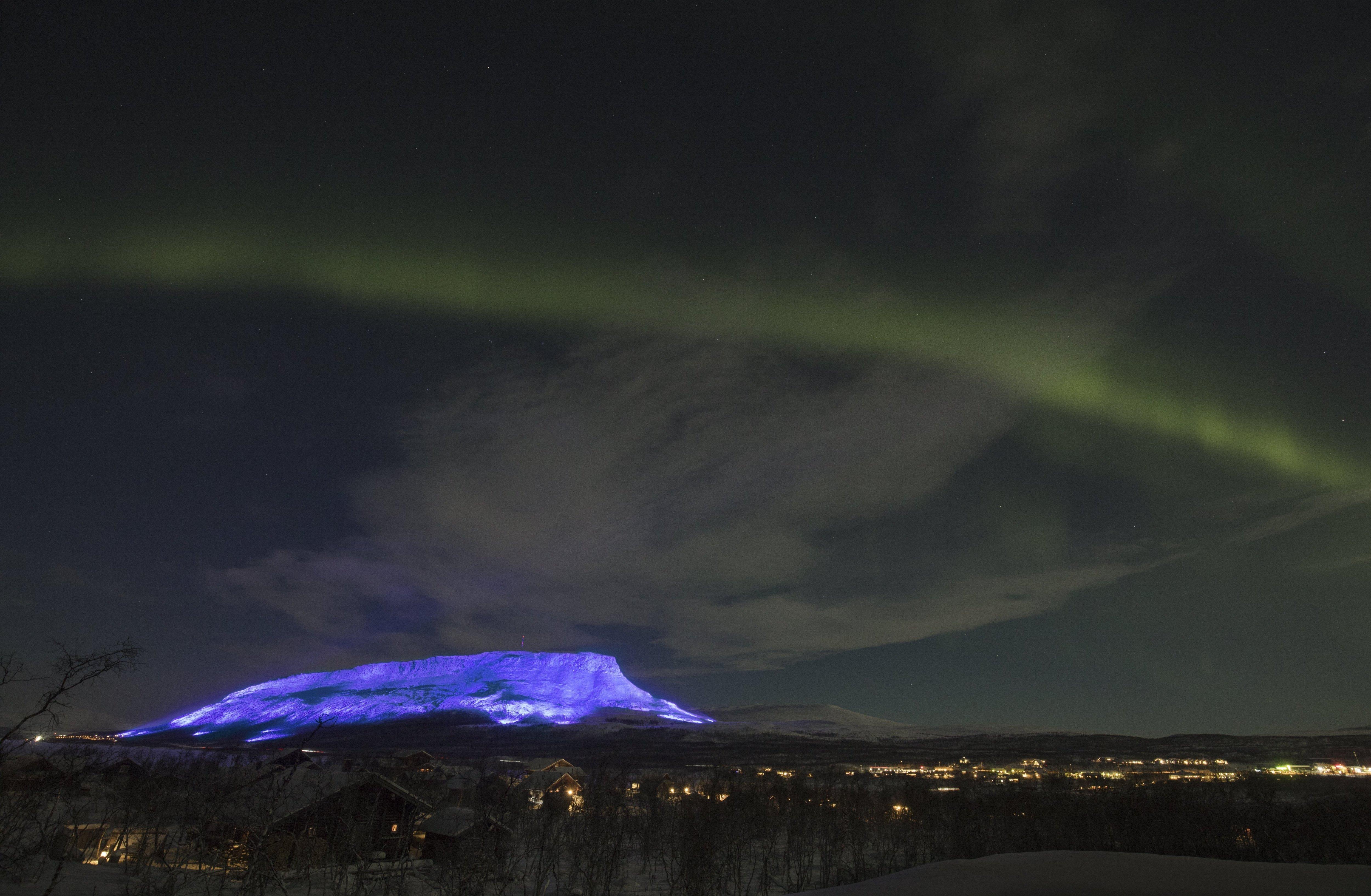 Vista del monte Saana en Lappland bajo la Aurora Boreal  - FOTO: EFE
