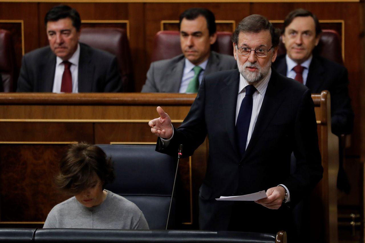 El presidente del Gobierno, Mariano Rajoy, responde a una pregunta formulada por la diputada socialista Margarita Robles sobre las medidas a tomar por el Ejecutivo ante el incremento de la pobreza laboral - FOTO: EFE
