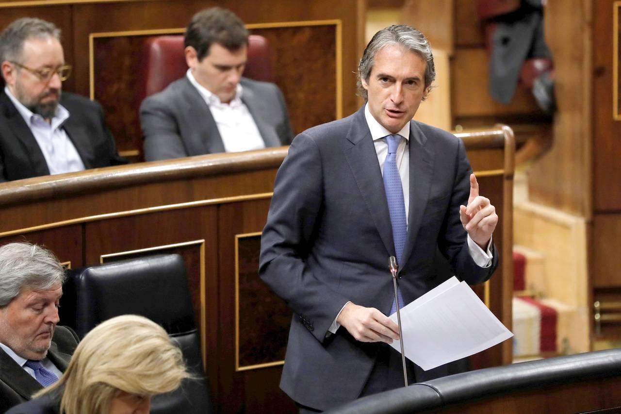 MADRID, 14/02/2018.- El ministro de Fomento, Íñigo de la Serna, durante una de sus intervenciones en la sesión de control al Gobierno celebrada en el Congreso de los Diputados.  - FOTO: EFE/Juan Carlos Hidalgo