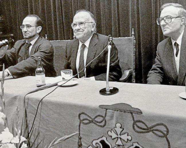 Ubaldo Rueda, izquierda, Santiago Carrillo y Xosé Luis Manteiga, durante la conferencia en el instituto Rosalía - FOTO: ECG