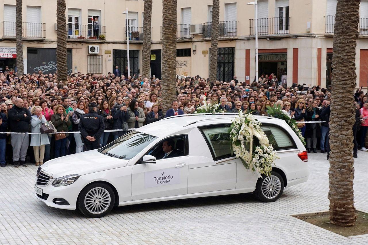 NÍJAR (ALMERÍA), 13/03/2018.- Llegada del féretro del Gabriel Cruz a la plaza de la Catedral de Almería, donde este martes se celebra el funeral por el pequeño de 8 años  - FOTO: EFE/ Carlos Barba