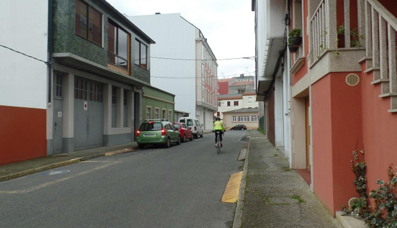 La calle Montevideo, de Carballo, quedó cortada ayer al tráfco debido a las obras de reurbanización.  - FOTO: CONCELLO DE CARBALLO