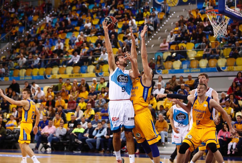 EN LA ZONA Llovet trata de anotar un gancho en el Gran Canaria Arena - FOTO: ACBPhoto