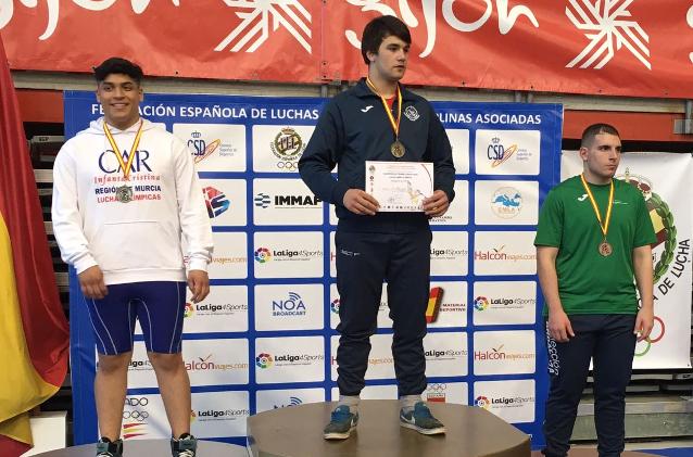 Arón Ayude, en el centro del podio en Gijón.  - FOTO: ECG