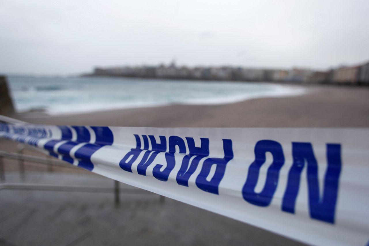 En la foto, una cinta policial impedía el paso a los arenales de la ciudad de A Coruña durante la ciclogénesis Félix - FOTO: EFE/Cabalar